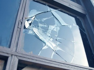 Разбить окно